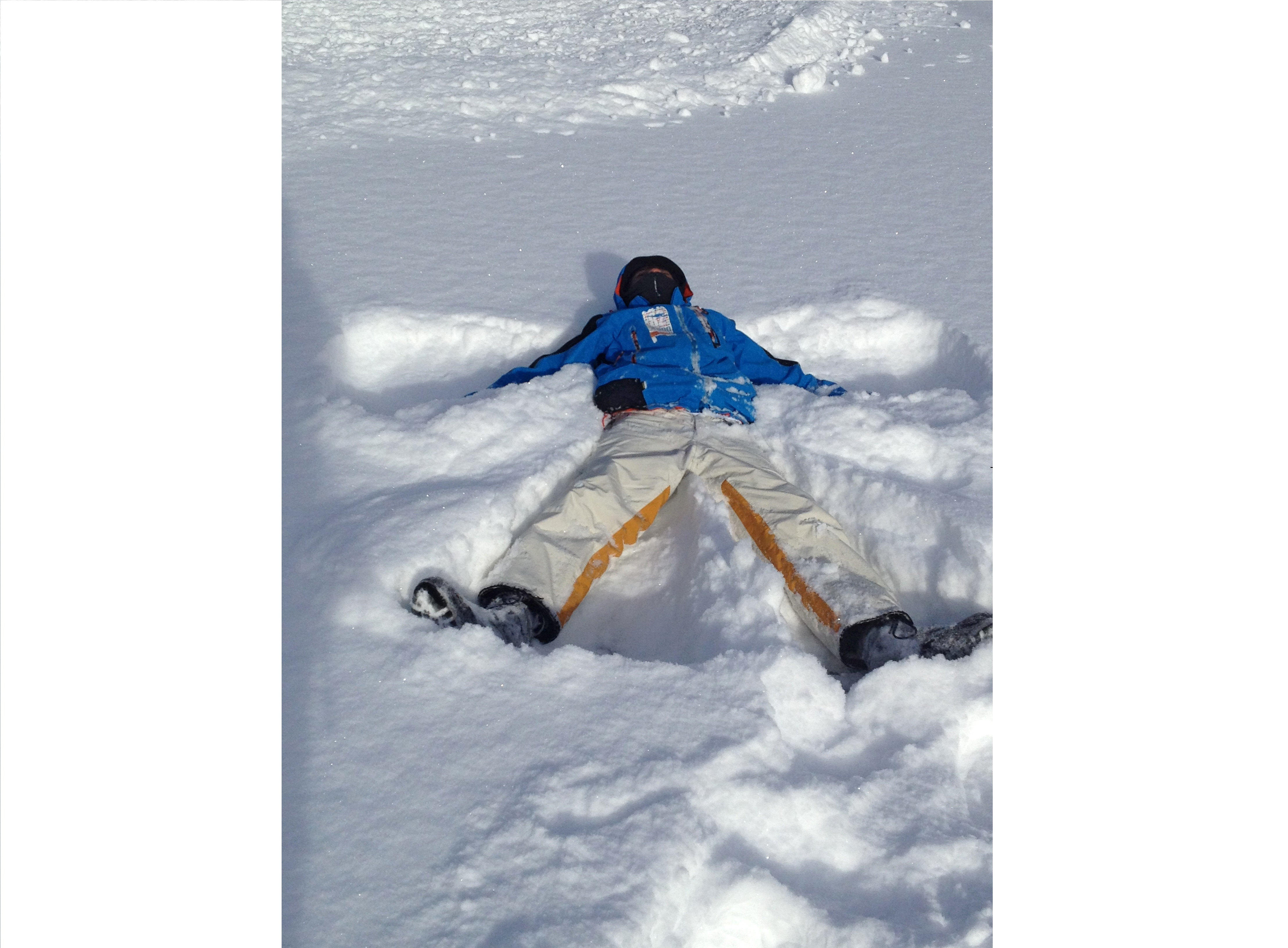 Ange de neige, au premier contact avec la neige de sa vie.